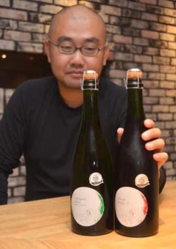 受賞したスパークリングワインを手に取る古川さん