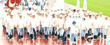 雨が降り続く中、堂々と行進する県選手団=福井県営陸上競技場