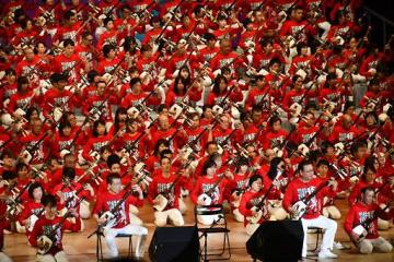 約300人の津軽三味線奏者が、迫力ある演奏を会場いっぱいに響かせた大合奏