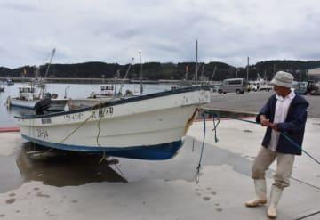 台風による高波を警戒し、釣り船を陸揚げする伊藤浩吉さん=29日午後0時18分、大船渡市末崎町
