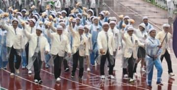 激しい雨の中 堂々と入場行進する本県選手団