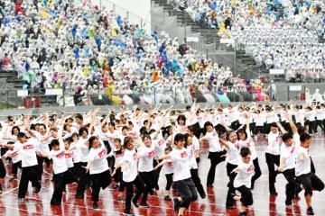 福井国体の総合開会式で、式典演技のフィナーレをはぴねすダンスで飾る出演者=9月29日、福井県福井市の9・98スタジアム