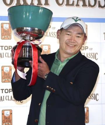 逆転優勝し、カップを手に笑顔のアンジェロ・キュー=三好CC