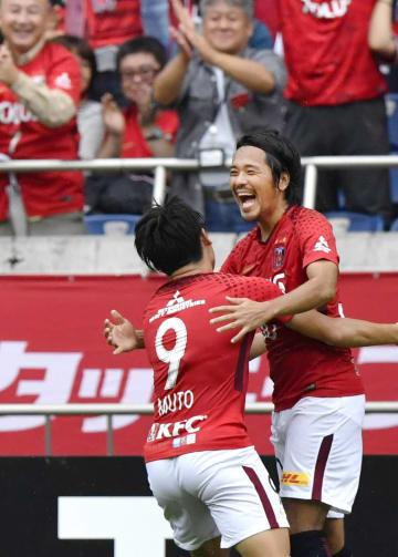 浦和―柏 前半、ゴールを決め、武藤(左)と喜ぶ興梠=埼玉スタジアム