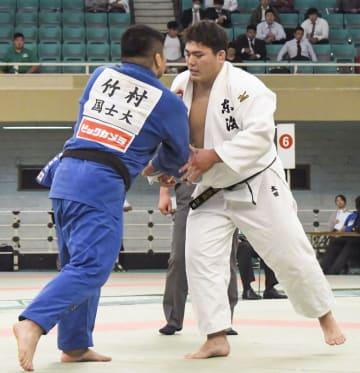 男子100キロ超級決勝で対戦する太田彪雅(右)。初優勝を果たした=日本武道館
