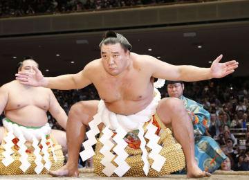 最後の土俵入りをする元横綱日馬富士=30日午後、東京・両国国技館