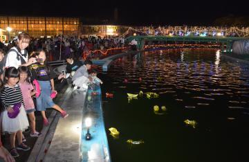 水に強い折り紙で舟を作り流れるプールに放った「光彩流し」=下妻市長塚乙