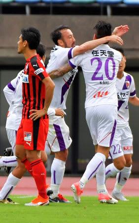 熊本-サンガ 前半20分、ヘディングで2点目を決め、チームメートと抱き合って喜ぶサンガの闘莉王(中央)=えがお健康スタジアム