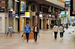 多くの店が臨時休業した三宮センター街。日曜の午後でも人通りはまばら=30日午後2時30分、神戸市中央区(撮影・後藤亮平)