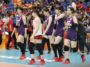 オランダに敗れ、肩を落とす黒後(左端)ら日本=横浜アリーナ