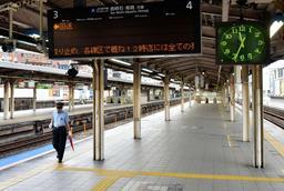 JR神戸線は運休となり、三ノ宮駅のホームは乗客がいなくなった=30日午前11時34分、神戸市中央区(撮影・後藤亮平)