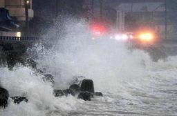 台風24号の影響で道路に打ち寄せる高波=30日午後4時46分、洲本市由良町内田(撮影・斎藤雅志)