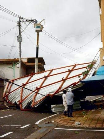 強風で飛ばされ、道をふさぐ屋根=さつま町湯田