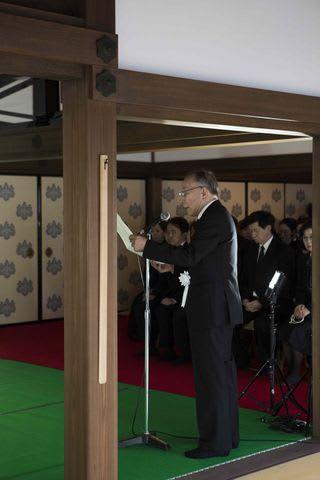 樹木希林さんの告別式で是枝裕和監督の手紙を代読する橋爪功さん(中央)