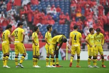 浦和に敗れ、肩を落とす柏の選手たち photo/Getty Images
