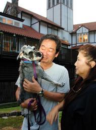 愛犬と一緒にホテルモンテローザ(奥)に泊まりに来た夫妻=神河町長谷
