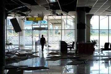 地震で損壊したインドネシア中スラウェシ州パルの空港=30日(ロイター=共同)