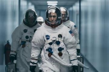 月面着陸に挑むアームストロングをライアンが熱演! - (c)Universal Pictures