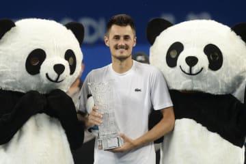 男子テニスの成都オープンでツアー通算4勝目を飾り、パンダの着ぐるみと記念撮影するバーナード・トミック=30日、成都(AP=共同)