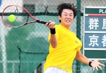 テニス少年男子2回戦 力を振り絞ってフォアを放つ青木=福井県営テニスコート
