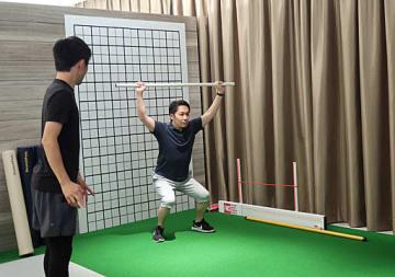 パーソナルトレーナーが指導するFMSテスト=大阪市北区の「桜十字グランフロント大阪クリニック」内にある「mediFIT」