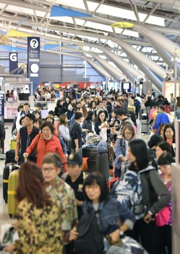 台風24号の通過から一夜明け、混雑する関西空港の国際線出発ロビー=1日午前