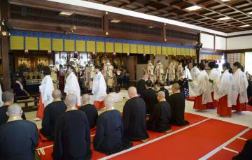 嵯峨天皇が書いた般若心経を60年に1度開封する儀式=1日午前、京都市の大覚寺