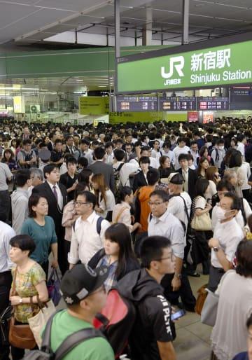 台風24号の影響を受け、乗客らで混雑するJR新宿駅=1日午前9時