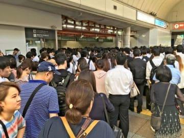 入場制限でごったがえすJR川崎駅改札=午前9時15分ごろ、川崎市川崎区