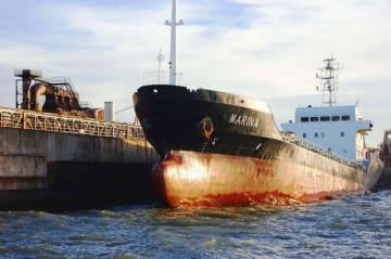 護岸に衝突した貨物船「マリーナ」=1日午前、川崎市川崎区扇島(川崎海上保安署提供)