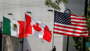 NAFTAの3カ国、(右から)米国、カナダ、メキシコの国旗=8月、デトロイト(ロイター=共同)