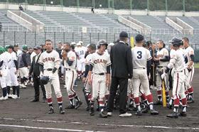 【大谷室蘭―函館工業】5回途中の地震で、一時的にグラウンドに集められる全選手