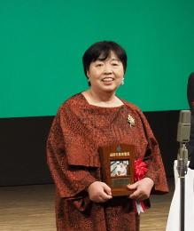 遠野市民栄誉賞の表彰式で笑顔を見せる若竹さん