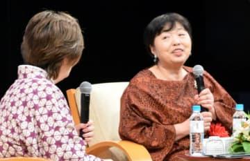 万感の帰郷で小説家としての歩みや郷土への思いを語る若竹千佐子さん(右)
