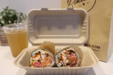 「Pokeworks」の、ブリトーにインスパイアされてできたハイブリッド寿司、ポケブリトー ©️ Kasumi Abe