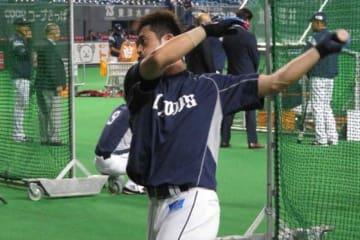 1日、試合前練習に臨んだ西武・外崎修汰【写真:福谷佑介】