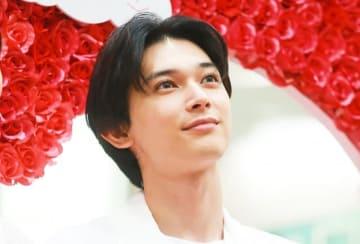 瞳輝く吉沢亮、バラの背景が似合う!