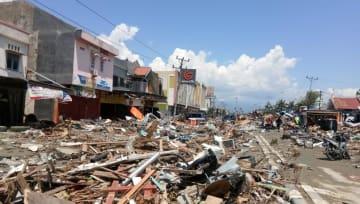 30日、地震と津波の被害を受けたインドネシア・パルのがれき。ソーシャルメディアから(PALANG MERAH INDONESIA提供、ロイター=共同)