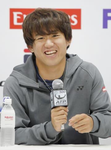 ツアーで初優勝し、笑顔で記者会見する西岡良仁=1日、武蔵野の森総合スポーツプラザ