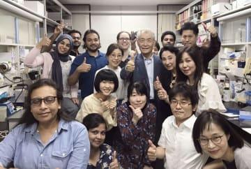 受賞の発表を受け、京都大の研究チームのメンバーらに囲まれ笑顔を見せる本庶佑京都大特別教授=2018年10月1日夜(中列右から3人目、スウェーデン・カロリンスカ研究所提供)