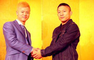 戦い終わってノーサイド、これからも2人で日本の格闘技界を盛り上げていくと誓い合った那須川(左)と堀口(右)