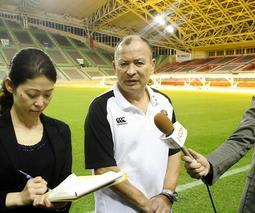 スタジアム視察を終え、報道陣の質問に応えるイングランド代表監督のエディー・ジョーンズ氏=神戸市兵庫区、ノエビアスタジアム神戸