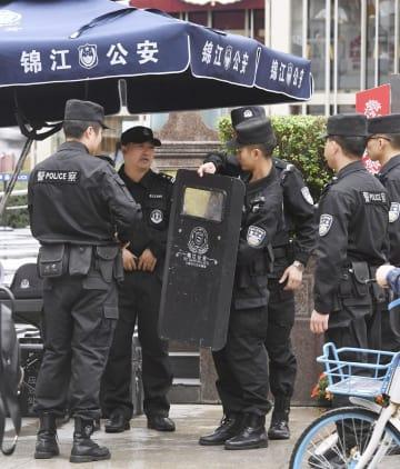 中国四川省成都で警戒する警察官ら=1日(共同)