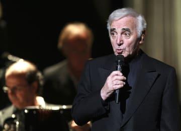 コンサートで歌うシャルル・アズナブールさん=2007年、フランス・マルセイユ(AP=共同)