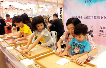 香川県は高松便を運航している香港エクスプレスとタイアップ。うどん打ち体験を通じて県の魅力を紹介した=9月30日、将軍澳(NNA撮影)