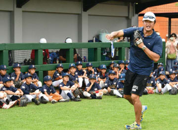 マック鈴木さんが野球教室に参加した子どもたちに、選手の守備ポジションに合わせたキャッチボールの仕方を伝授した=1日、ジャカルタ(NNA撮影)