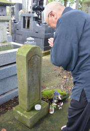 仙台藩士6人の墓に手を合わせる中村住職
