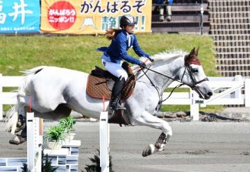 福井国体の馬術成年女子ダービーで優勝した五十嵐夏希とチューリッヒ=10月2日、静岡県の御殿場市馬術・スポーツセンター
