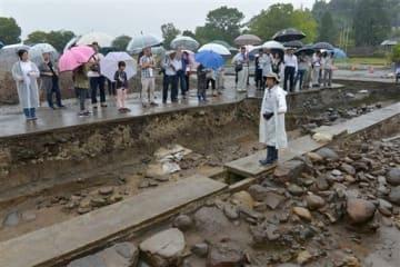 人吉藩の重臣の屋敷跡について説明を聞く一般公開の参加者=人吉市