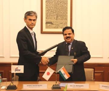 9月28日、デリーで円借款貸付契約に調印したJICAインド事務所の松本勝男所長(左)とインド財務省のモハパトラ次官補=JICA提供